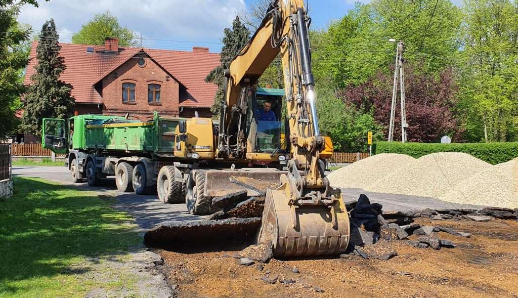 Zrywanie asfaltu przy użyciu koparki kołowej
