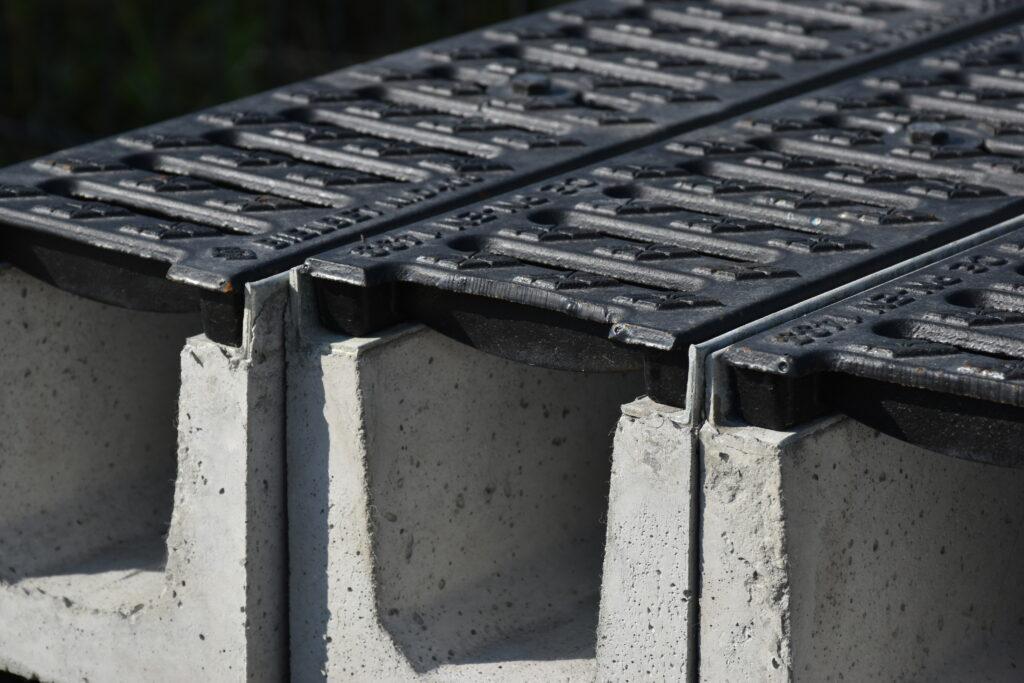 Koryto betonowe kl.D400 (1000x150x150mm) pokrywa żeliwna